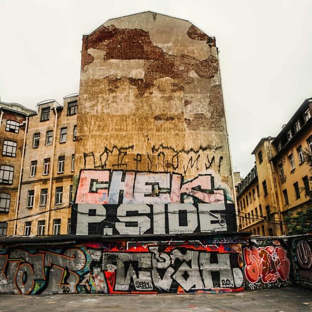 Что скрывают дворы Петербурга? Яркие краски граффити!